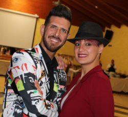 """Stefano Rota (1989) e Vanessa Carbotti (1992), una coppia giovane frizzante e professionale allo stesso tempo. Insegnano le danze caraibiche: salsa cubana, bachata, merengue e rueda de casino, da oltre 6 anni. Sin da piccoli si sono avvicinati al mondo del ballo di coppia con le danze latine e standard. Hanno svolto numerose competizioni agonistiche fino alla scelta di diplomarsi con la FIDS (federazione italiana danza sportiva). Numerose sono anche gli spettacoli teatrali e le esibizioni svolte con la scuola. Prima di insegnare hanno studiato per molti anni le danze caraibiche, in particolare la salsa cubana, formandosi con stage, numerose lezioni e tanta pratica. I loro corsi sono per tutti i livelli, dai principianti sino agli avanzati, e per tutti coloro che vogliono affrontare competizioni agonistiche. Giovani, bambini, adulti posso partecipare alle lezioni: musica, armonia e divertimento sono  i protagonisti!! Molte sono le serate organizzate in diversi locali per mettere in mostra tutto quello che si impara a lezione. Noi siamo """" I SALSERI CAOTICI""""."""