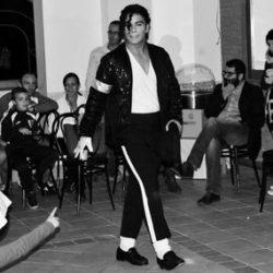 """Roberto Massacci, in arte Shok, si avvicina alla danza all'età di 10 anni, quando rimane folgorato dal video di Michael Jackson """"Smooth Criminal"""". Da quel momento in poi decide di diventare un ballerino di Michael Jackson style copiando il Re in ogni minimo passo. Si avvicina al Bboyng (commercialmente chiamata Break Dance) all'età di 18 anni. Da lì approfondisce lo studio della cultura Hip Hop e di alcuni degli stili di danza a lei appartenenti tra cui Popping, New Style, Locking, tramite stage, contest e jam. Contemporaneamente porta avanti anche la sua passione per le arti marziali studiando il Jeet Kune Do (L'arte Marziale di Bruce Lee). Dal 2008 comincia ad insegnare nelle scuole di danza tutto ciò che ha imparato in questi anni di studio e che continua ad imparare tenendosi aggiornato tutt'oggi. Per apprendere sempre di più su questa cultura partecipo da anni a workshop e contest nazionali e internazionali (Orlando, Miami, USA). Il bboying, comunemente chiamato break dance, viene considerato da molti come una ginnastica o come uno sport; è invece un ballo di strada, senza regole e in freestyle, con tante varianti come toprock, footwork, powermore e tanti altri ancora. Questo ballo, o meglio questo stile di vita, mi ha fatto crescere molto poiché è in grado di farti conoscere il vero rispetto dell'altro e la vera cultura hip hop. Cercherò a mia volta di condividere tutto ciò con i miei allievi di qualsiasi età."""